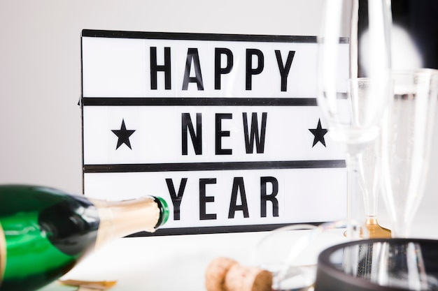 Felice anno nuovo segno e champagne