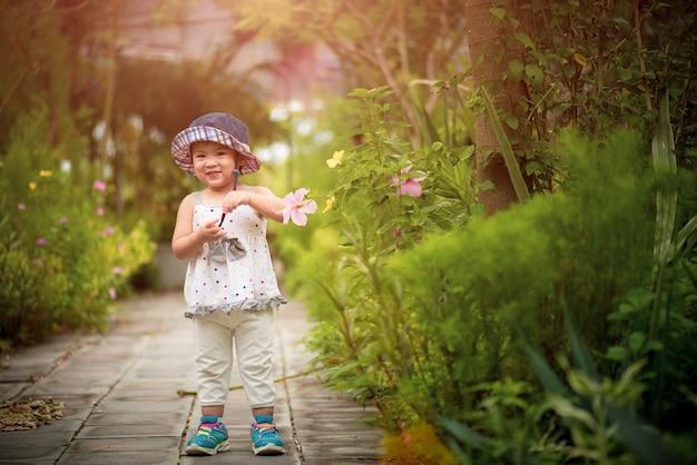 Felice bambina carina in giardino.