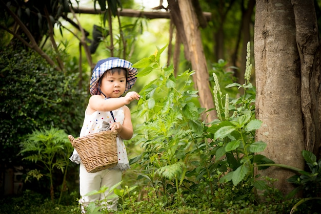 Felice bambina carina in giardino