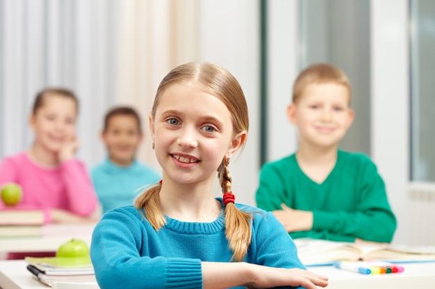Felice bambina imparare a scuola
