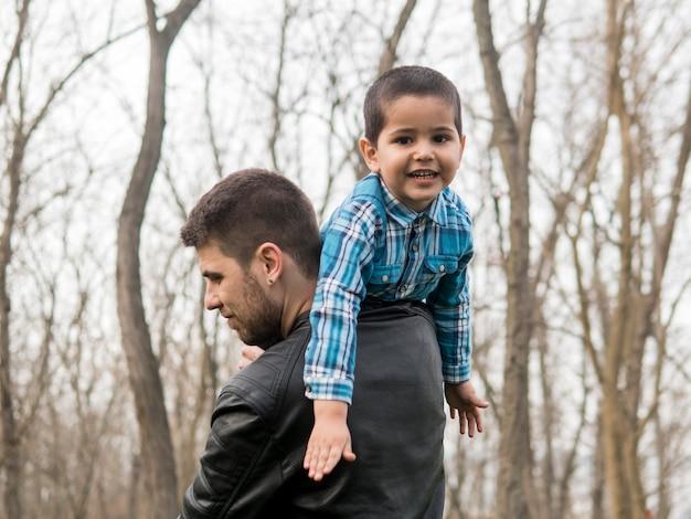 Felice bambino e padre nel parco