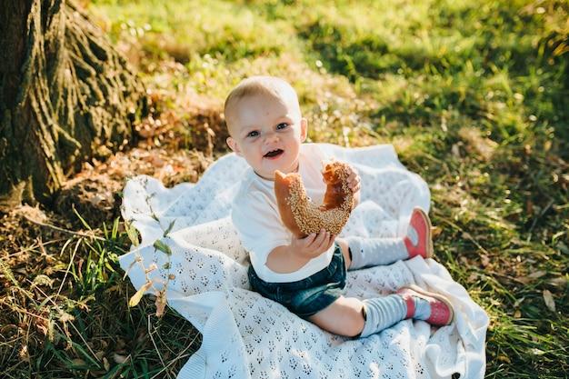 Felice bambino felice mangiare sul grande giardino all'alba