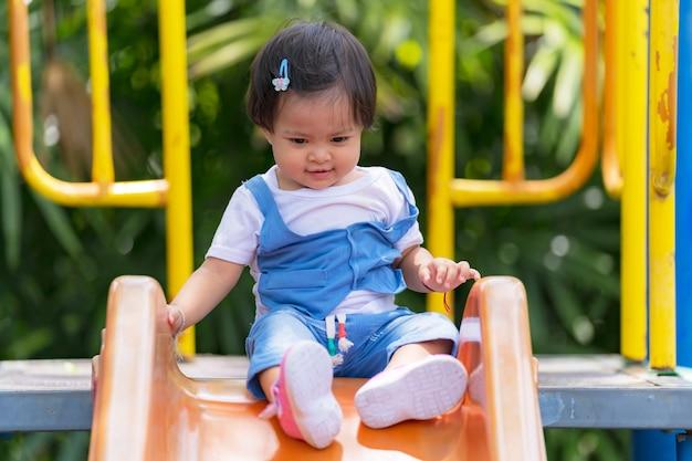 Felice bambino piccolo nel parco giochi nel parco