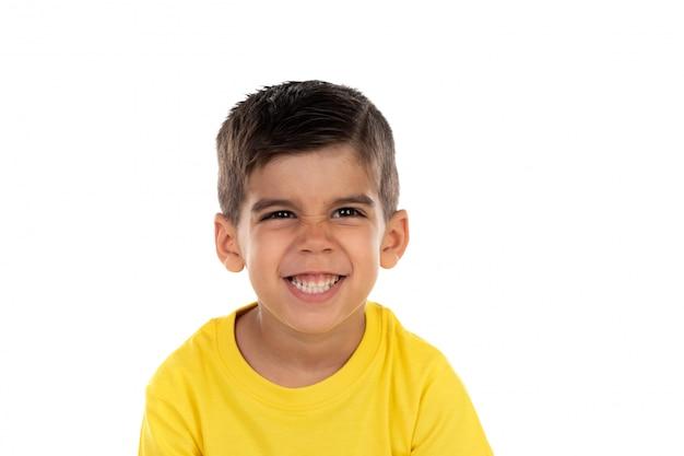 Felice bambino scuro con t-shirt gialla
