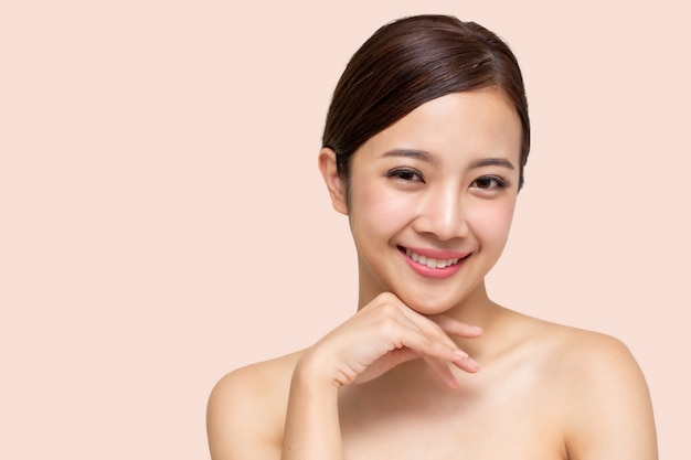 Felice bella donna asiatica con viso pulito pelle fresca