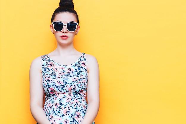 Felice bella donna yound in abito e occhiali da sole bianchi