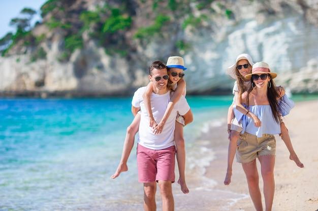Felice bella famiglia con bambini in spiaggia