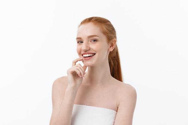 Felice bella ragazza è felice sorridente e ridendo sguardo dritto. espressioni facciali espressive. cosmologia e spa, modello di cura della pelle