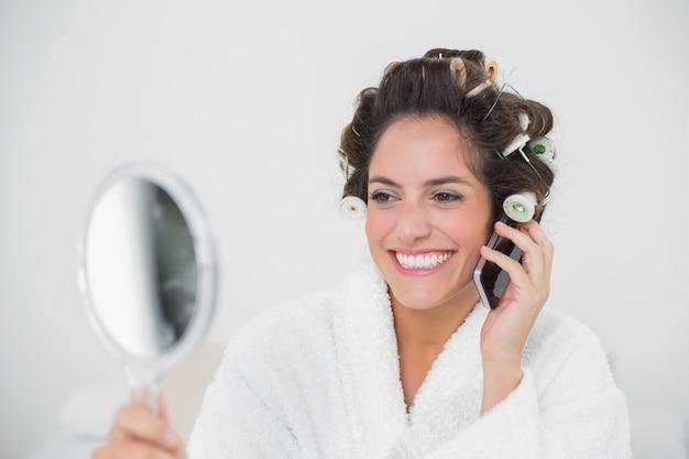 Felice bruna naturale utilizzando il telefono
