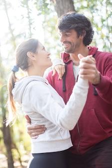 Felice coppia di ballo nel bosco