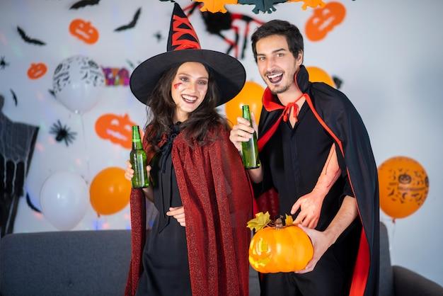 Felice coppia di innamorati in costumi e trucco su una celebrazione di halloween