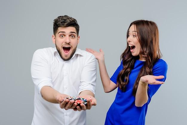 Felice coppia eccitata con fiches da poker dal casinò
