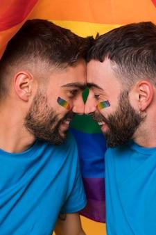 Felice coppia gay che abbraccia