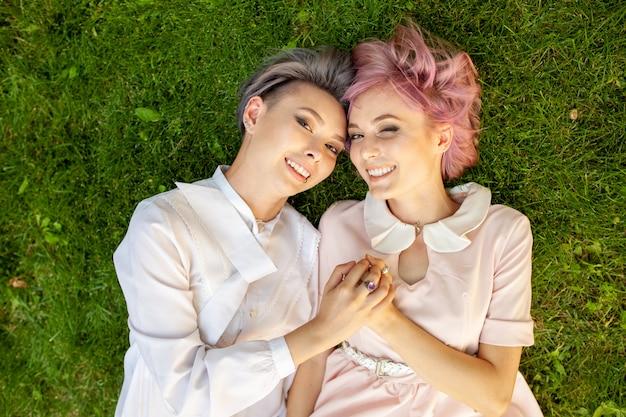 Felice coppia lesbica giocosa in amore condividendo tempo insieme