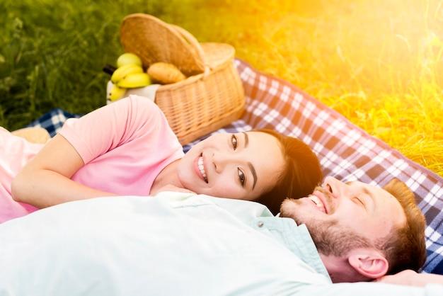 Felice coppia multirazziale che fa un picnic