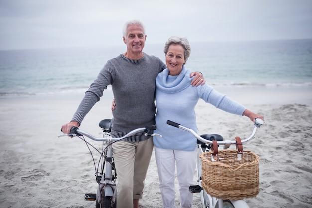 Felice coppia senior con le loro biciclette