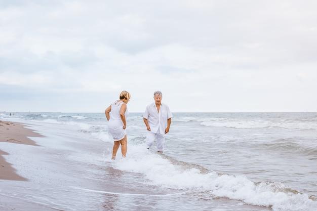 Felice coppia senior sulla spiaggia