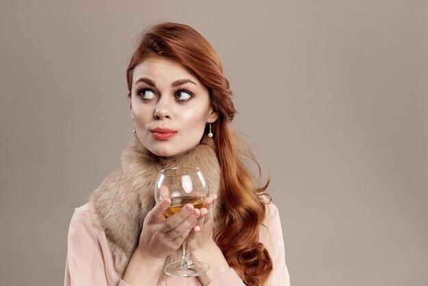 Felice donna dai capelli rossi in cappello e camicia sulla moda giovanile di fascino di sorriso di trucco beige.