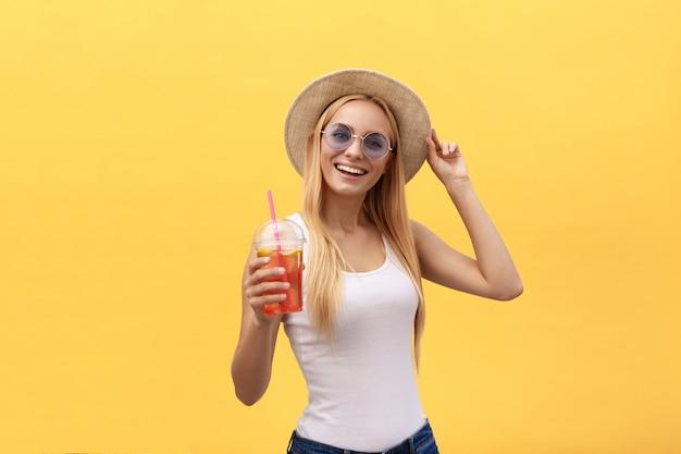 Felice donna elegante e moderna con occhiali da sole a forma di moderna ridendo