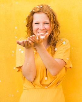 Felice donna sfondo giallo