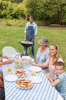 Felice famiglia allargata con un barbecue