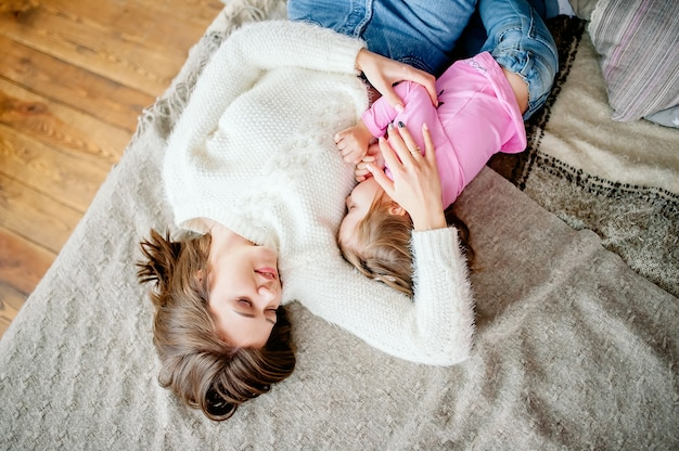 Felice famiglia amorevole. ragazza madre e bambino giocando, baci e abbracci