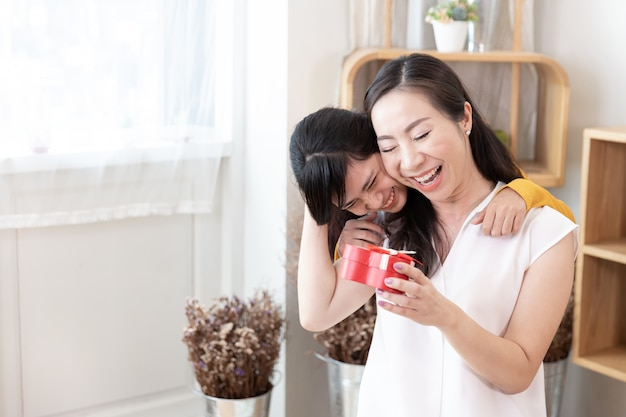 Felice famiglia asiatica concetto di festa della mamma