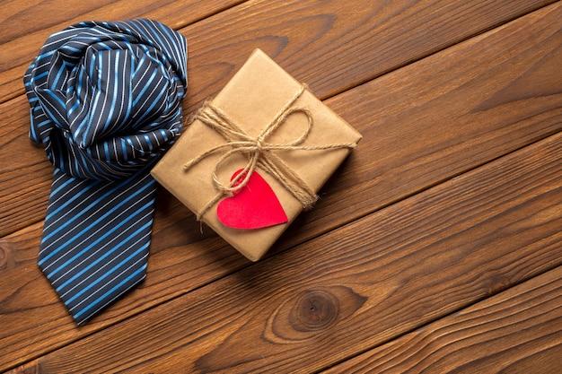 Felice festa del papà, cravatta sul tavolo di legno