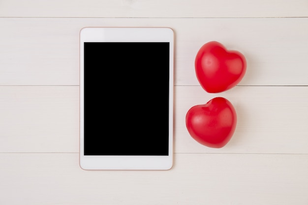 Felice festa della mamma o san valentino con forma di cuore simbolo e display tablet