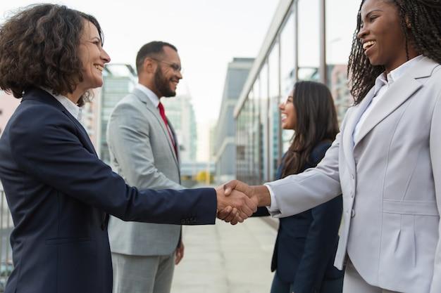 Felice fiducioso partner commerciali diversi incontro in città