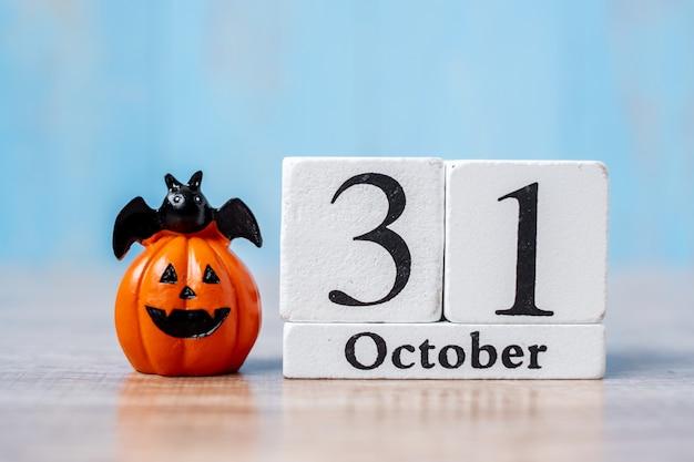 Felice giorno di halloween con 31 ottobre calendario e zucca