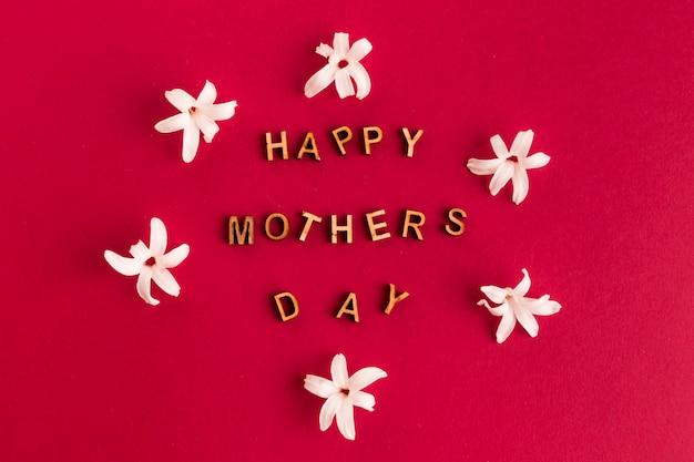 Felice giorno di madri congratulazioni tra i fiori