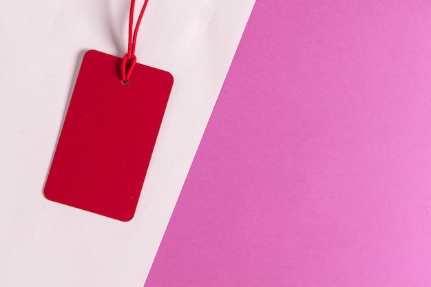 Felice giorno di san valentino, etichetta rossa su rosa e bianco