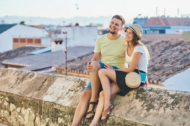 Felice giovane coppia di viaggiatori