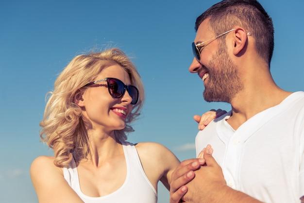Felice giovane coppia e cielo sereno sullo sfondo.