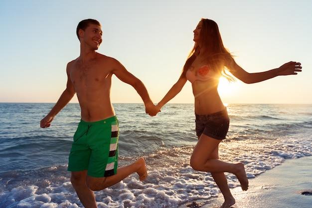 Felice giovane coppia godendo il mare