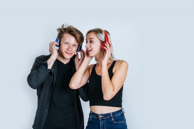 Felice giovane coppia in ascolto musica in cuffia
