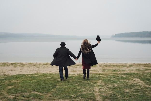 Felice giovane coppia in una romantica data invernale