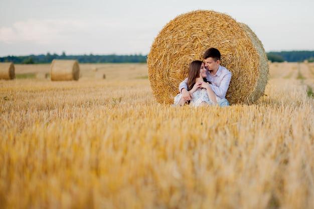 Felice giovane coppia sulla paglia