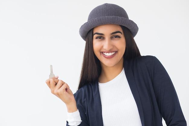 Felice giovane donna alla moda indiana mostra tasto