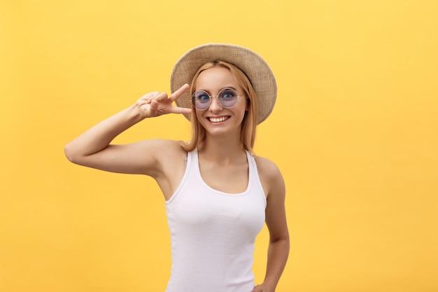 Felice giovane donna allegra indossando t-shirt bianca gioendo alle notizie positive o regalo di compleanno
