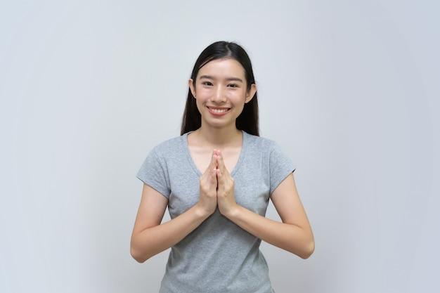 Felice giovane donna asiatica con cultura thai sawasdee, bella donna asiatica, ragazza tailandese