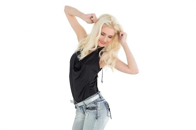 Felice giovane donna casual ballando