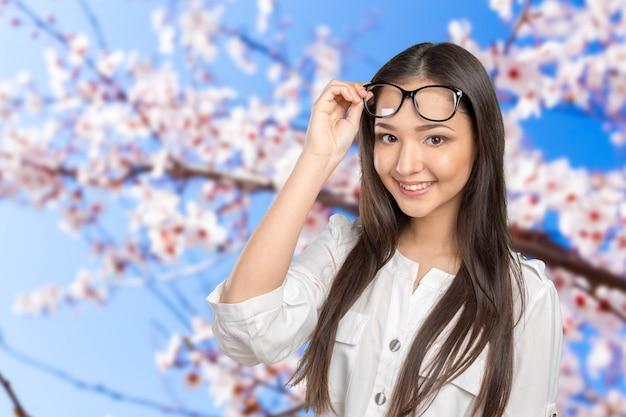 Felice giovane donna casual con gli occhiali