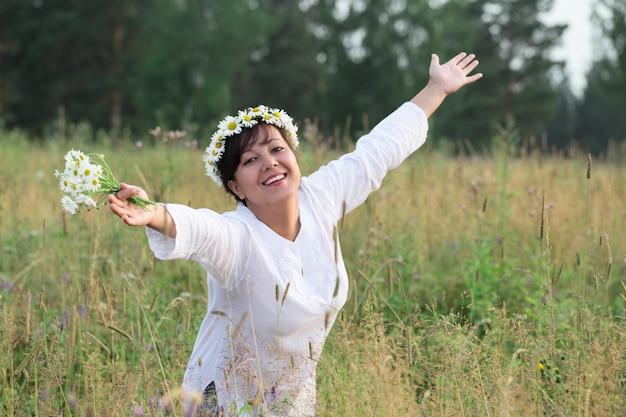 Felice giovane donna con fiori