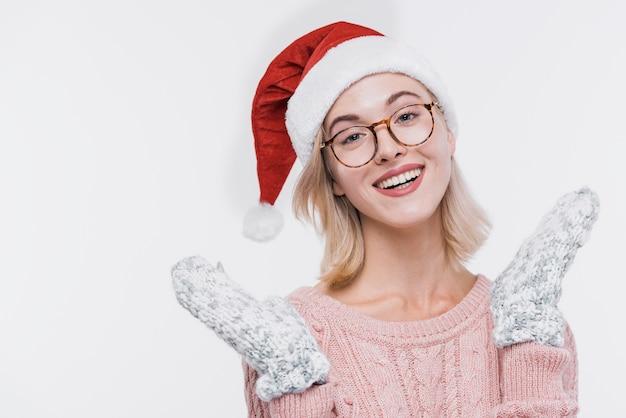 Felice giovane donna con gli occhiali sorridente