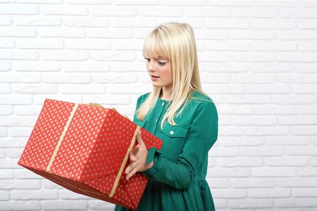 Felice giovane donna con un regalo