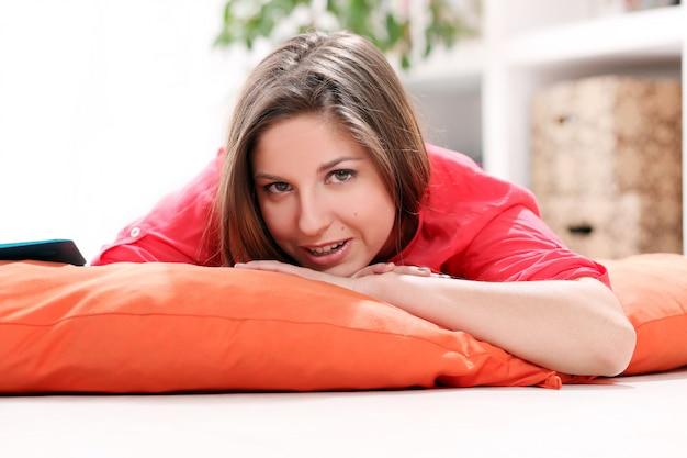 Felice giovane donna distesa su una coperta