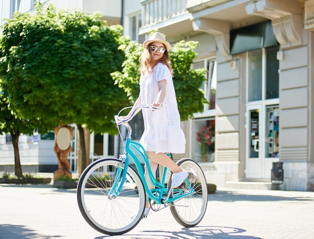 Felice giovane donna godendo ciclismo in città