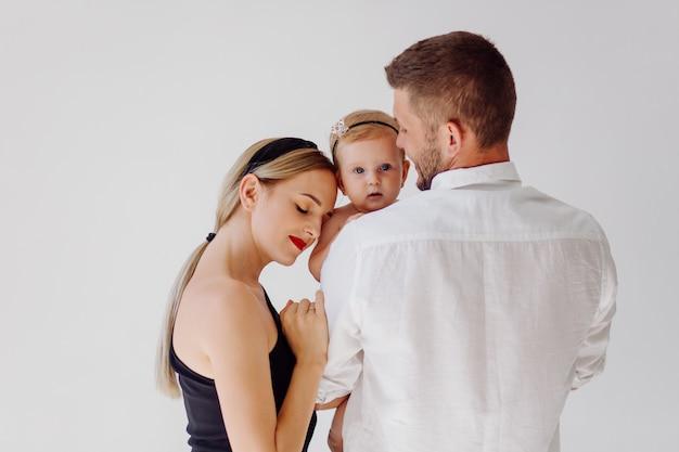 Felice giovane famiglia